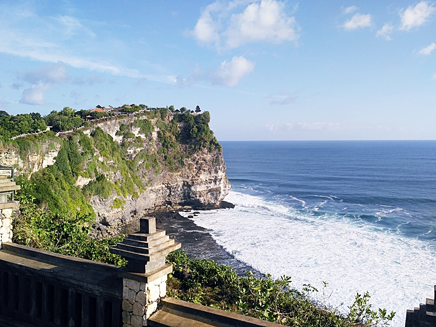 Jangan lewatkan pura luhur uluwatu saat kamu backpacker ke Bali